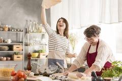 Бабушка и внучка делая пиццу Стоковые Фотографии RF