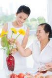 Бабушка и внучка на таблице стоковые фотографии rf