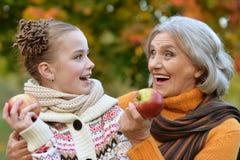 Бабушка и внучка представляя outdoors Стоковое Изображение