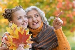 Бабушка и внучка представляя outdoors Стоковые Изображения RF