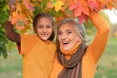 Бабушка и внучка представляя outdoors Стоковое фото RF