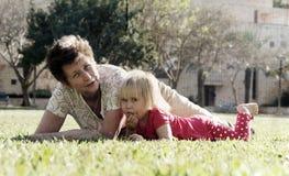 Бабушка и внучка стоковое фото