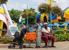 Бабушка и ее внучка в парке стоковое фото