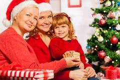 Бабушка и мать дают настоящие моменты до 3 года девушки Стоковые Фотографии RF