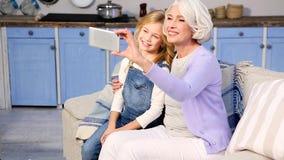 Бабушка и маленькая девочка делая фото видеоматериал