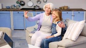 Бабушка и маленькая девочка делая фото акции видеоматериалы