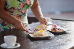 Бабушка подготавливая waffles для завтрака Стоковое фото RF