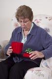 бабушка подарка дня дня рождения будет матерью присутствующего сярприза Стоковая Фотография RF
