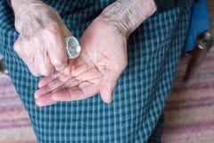 Бабушка принимая пилюльки Стоковые Фотографии RF