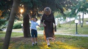 Бабушка при внук имея прогулку совместно стоковая фотография rf