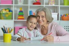 Бабушка при внучка рисуя совместно Стоковые Изображения RF