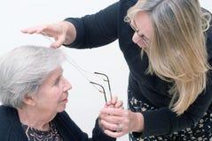 бабушка стекел помогая ей Стоковая Фотография RF