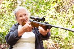 Бабушка с винтовкой Стоковые Фото