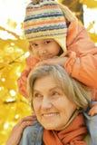 Бабушка с внучкой в парке Стоковое фото RF