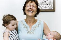 Бабушка с ее внучатами в ее рукоятках Стоковое Изображение RF