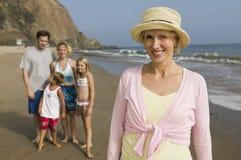 Бабушка с семьей на пляже Стоковые Изображения RF