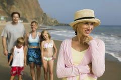 Бабушка с семьей на пляже Стоковые Фото