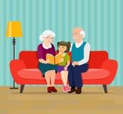 Бабушка читает книгу к ее внучке Дед, бабушка и внучка сидят в софе иллюстрация штока