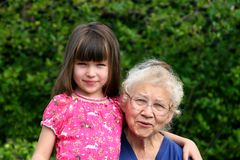 бабушка девушки меньший s Стоковые Фото