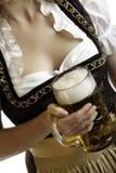 баварская девушка пива держа oktoberfest глиняную кружку Стоковое Изображение RF
