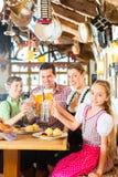 Баварская девушка с семьей в ресторане Стоковое Изображение RF