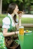 Баварская женщина в dirndl на саде пива Стоковое Изображение