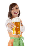 Баварская женщина держа oktoberfest глиняную кружку пива Стоковые Изображения RF