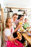 Баварская семья в немецком ресторане Стоковое Фото