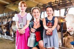 Баварская семья с молоком может на ферме Стоковая Фотография