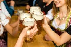 Баварские девушки выпивая пиво стоковая фотография rf