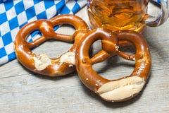 Баварские кружка и крендели пива Стоковое Изображение