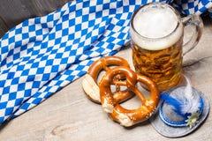 Баварские кружка и крендели пива Стоковые Изображения RF