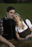 Баварские пары в влюбленности стоковая фотография