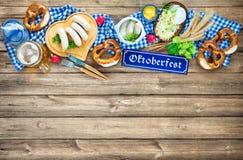Баварские сосиски с кренделями, сладостным мустардом и кружкой пива на r стоковые изображения
