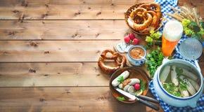 Баварские сосиски с кренделями, сладостным мустардом и пивом на rusti стоковые изображения rf