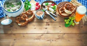 Баварские сосиски с кренделями, сладостным мустардом и пивом на rusti стоковое изображение rf