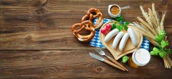 Баварские сосиски с кренделями, сладостным мустардом и пивом на rusti стоковые фотографии rf
