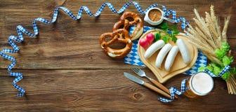 Баварские сосиски с кренделями, сладостным мустардом и пивом на rusti стоковое фото rf