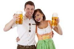 Баварские человек и женщина в dirndl с глиняной кружкой пива Стоковые Фото