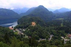 Баварский ландшафт Альпов, зеленые леса и Hohenschwangau рокируют Стоковые Фотографии RF