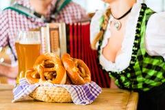 Баварский ресторан с пивом и кренделями Стоковое Изображение RF