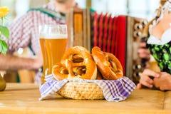 Баварский ресторан с пивом и кренделями Стоковая Фотография
