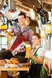 Баварский ресторан с пивом и кренделями Стоковое Фото