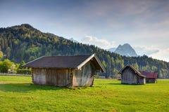 Баварский сельский пейзаж амбаров, лугов и гор тимберса стоковая фотография rf