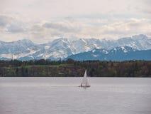 """Баварское озеро """"Starnberger видит """"с красивыми горами горной вершины стоковое фото rf"""