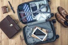 Багаж вполне одежды стоковое фото rf