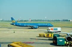 Багаж въетнамских людей нагружая к кладовой самолета Стоковое Изображение RF