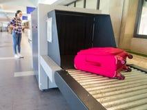 Багаж красивой женщины китайский ждать Стоковое Изображение RF