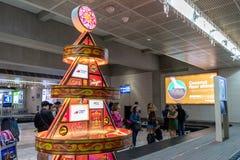 Багаж на крупном аэропорте NAIA 2, метро Манила людей ждать, Филиппины, 23-ье ноября 2018 стоковое изображение