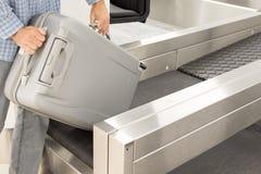 Багаж на счетчике регистрации на авиапорте Стоковые Изображения